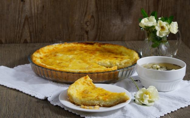 Tarte Italienne - Torta Della Nona Avec Ricotta Et Crème Anglaise Photo Premium