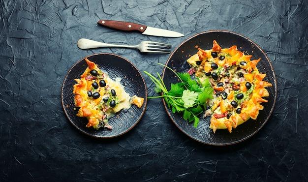 Tarte maison aux olives, champignons et saucisses.tartes salées