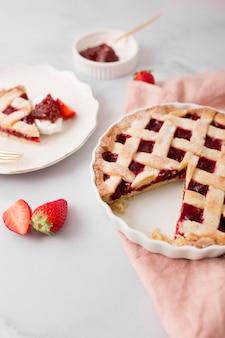 Tarte maison avec confiture de fraises haute vue