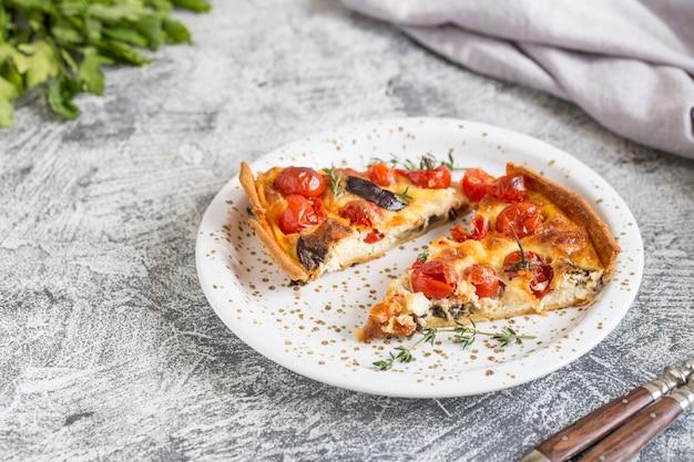 Tarte maison végétarienne, quiche aux tomates cerises, aubergine et fromage feta