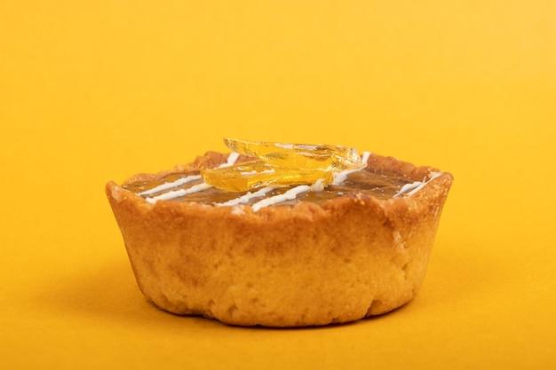 Tarte à la marijuana au chocolat, utilisation médicale de dessert au beurre cbd sur fond jaune en gros plan.