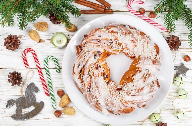 Tarte de noël (nouvel an) à la cannelle, aux amandes, aux noisettes et aux canneberges séchées