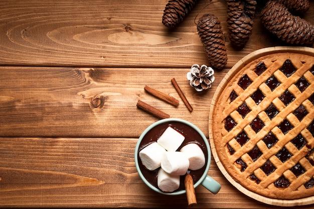 Tarte de noël vue de dessus avec chocolat chaud