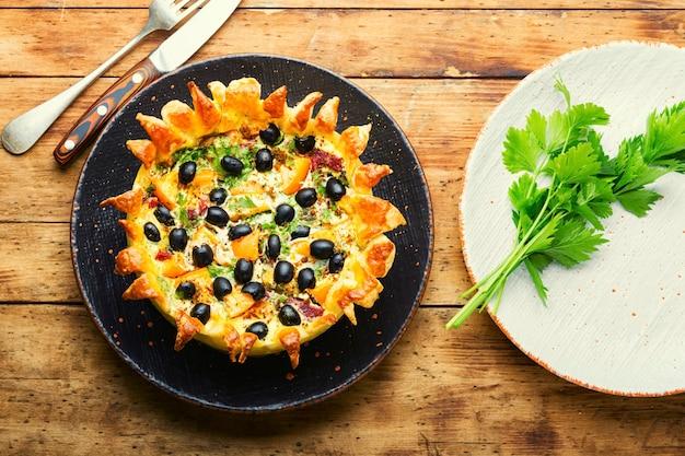 Tarte ouverte aux olives, champignons et saucisses.tartes salées