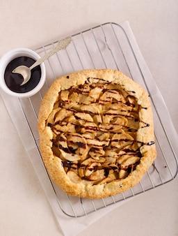 Tarte ouverte aux pommes - galette avec glaçage au chocolat