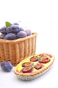 Tarte de pâtisserie aux prunes sur fond blanc