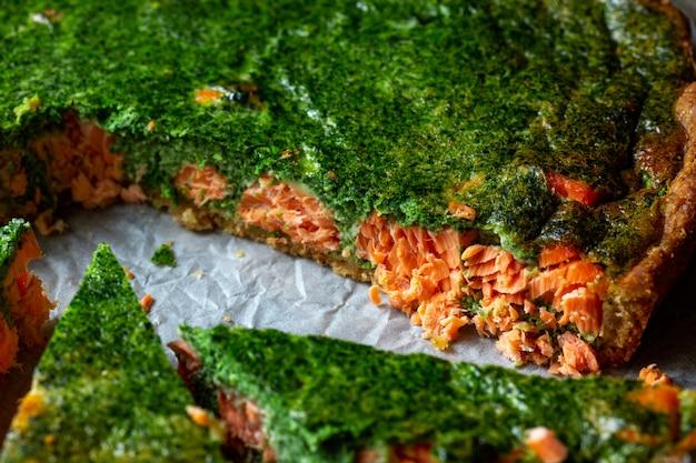Tarte quiche appétissante au poisson et aux épinards