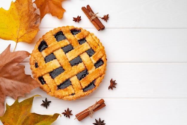 Tarte de remerciement d'automne sur planche de bois blanc