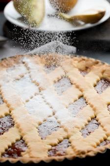 Tarte savoureuse avec du sucre en poudre