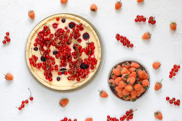 Tarte tarte aux baies estivale fait maison, différentes baies, framboise dorée, mûre, cassis, framboise et cassis, vue de dessus