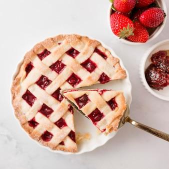 Tarte vue de dessus et confiture de fraises maison