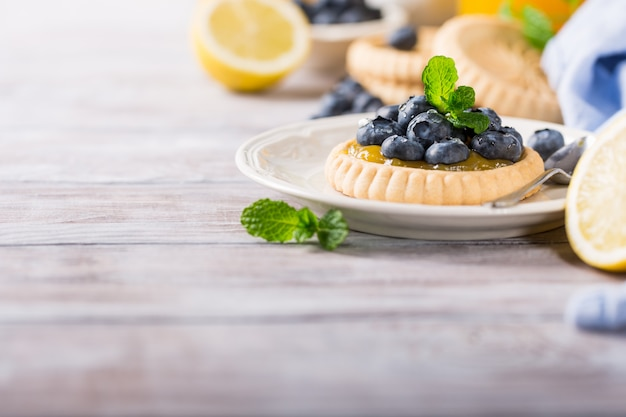 Tartelette au citron et aux bleuets frais