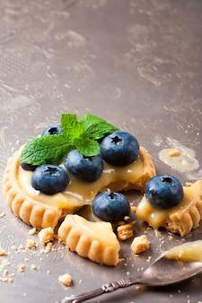 Tartelette cassée au caillé de citron vert et aux bleuets