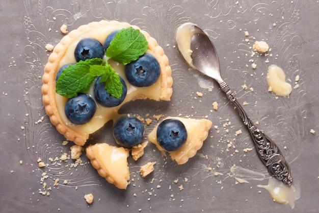 Tartelette cassée au lait de chaux et aux bleuets
