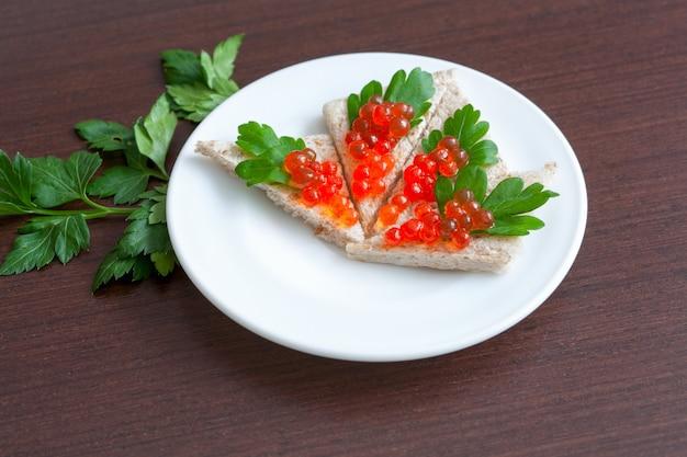 Tartelettes au caviar et au persil sur une assiette