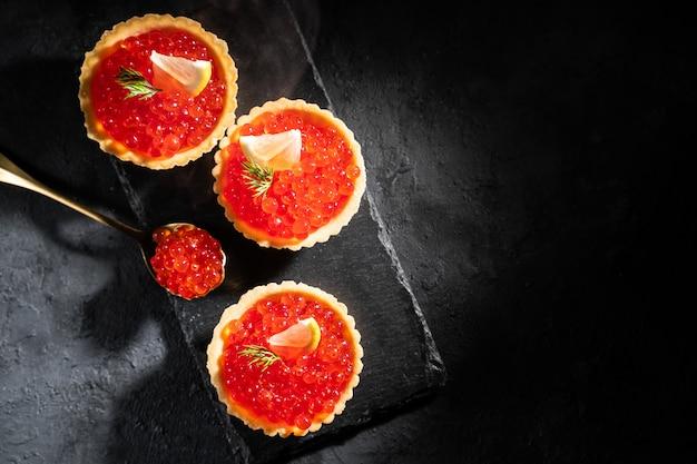 Tartelettes au caviar rouge. mise au point sélective, espace pour le texte