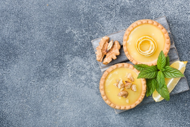 Tartelettes au citron et aux feuilles de menthe fraîches faites maison.