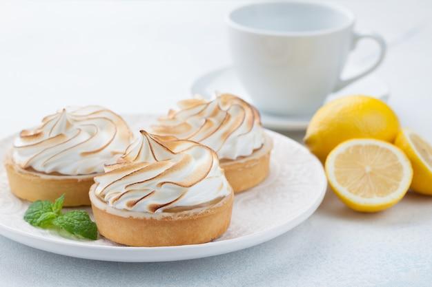 Tartelettes au citron avec meringue.