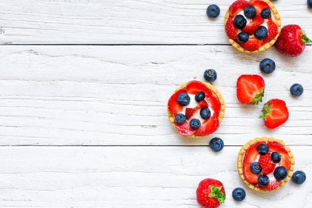 Tartelettes aux petits fruits avec fraise et myrtille avec petits fruits frais
