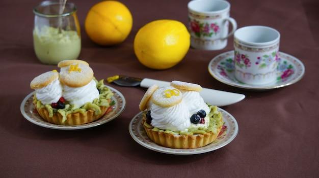 Tartelettes à la crème, thé au matcha et blancs d'œufs battus
