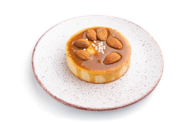 Tartelettes sucrées aux amandes et crème au caramel isolé sur fond blanc. vue de côté, gros plan.
