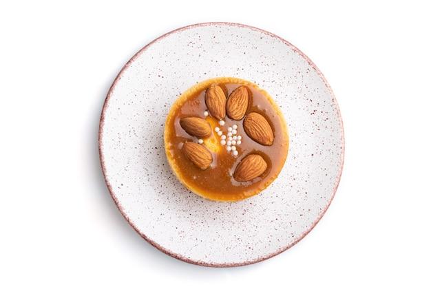 Tartelettes sucrées aux amandes et crème au caramel isolé sur fond blanc. vue de dessus, mise à plat, gros plan.