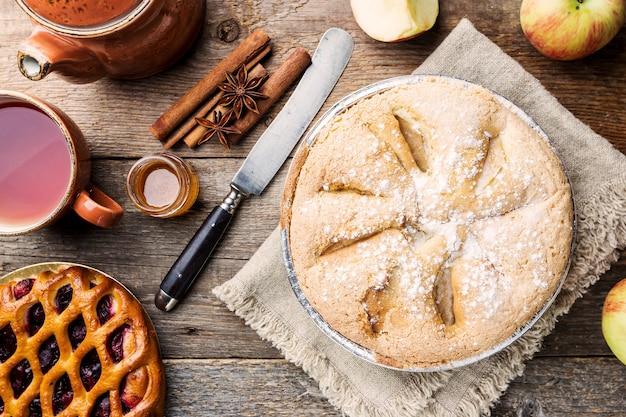Tartes aux pommes et ingrédients sur bois