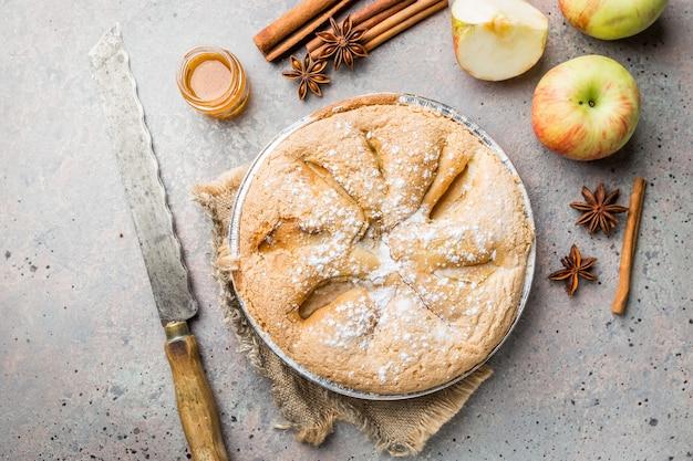 Tartes aux pommes et ingrédients sur gris