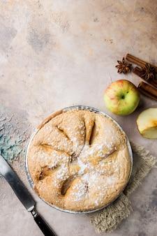 Tartes aux pommes et ingrédients sur pierre