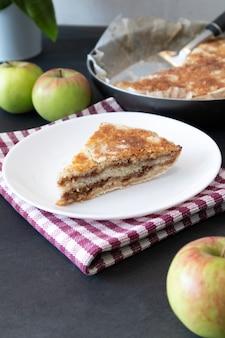 Tartes aux pommes maison sur fond sombre. dessert d'automne.