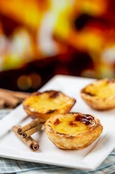 Tartes à la crème portugaises typiques. pâtisserie traditionnelle portugaise. devant un four à feu.