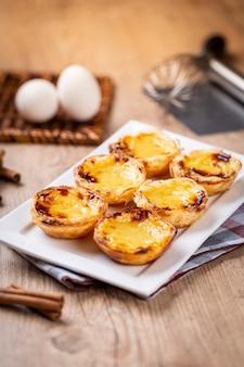 Tartes à la crème portugaises typiques. pâtisserie traditionnelle portugaise. sur une table en bois.