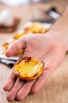 Tartes à la crème portugaises typiques. pâtisserie traditionnelle portugaise. tenue par un chef.
