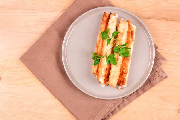 Tartes deep fried avec du fromage cottage et du persil.