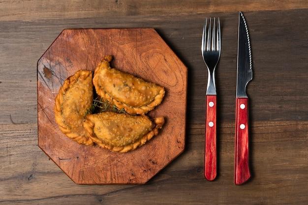 Tartes frites à plat avec couverts