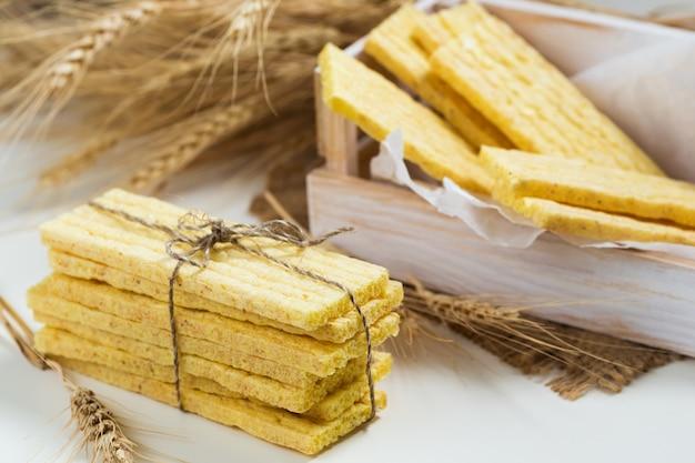 Tartinades aux grains entiers et épis de blé.