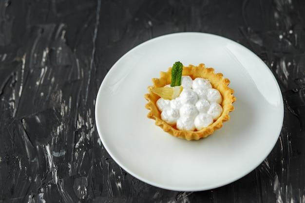 Tartlett sucré à la crème, menthe et citron. le concept de nourriture,