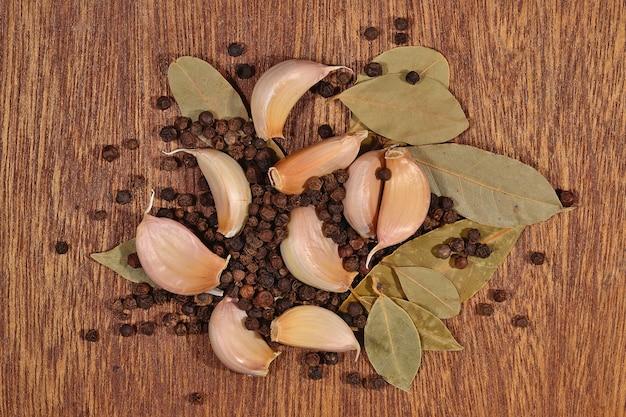 Tas d'ail, feuilles de laurier et grains de poivre