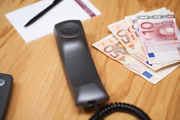 Tas d'argent sur la table de bureau