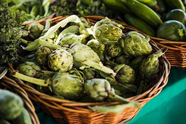 Tas d'artichauts exposés au marché des agriculteurs