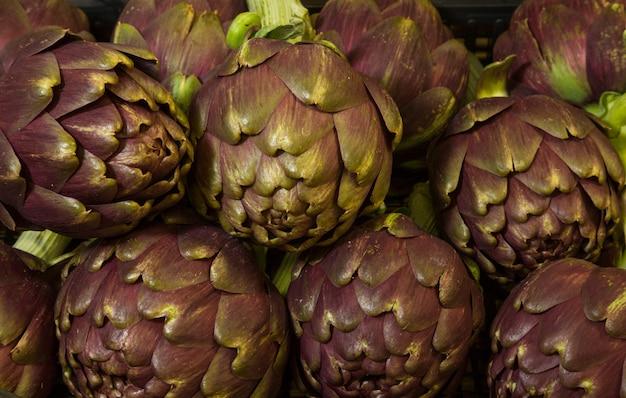 Tas d'artichauts violets