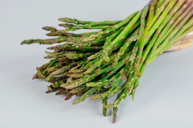 Tas d'asperges vertes fraîches sur blanc. la nourriture saine.