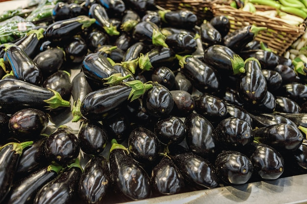 Tas d'aubergines à vendre sur le comptoir en supermarché