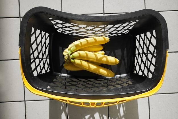 Tas de bananes jaunes dans le panier de supermarché