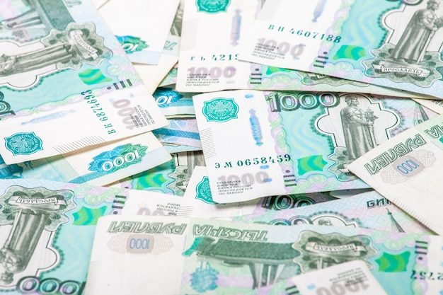 Un tas de billets de 1000 roubles. arrière-plan pour la conception