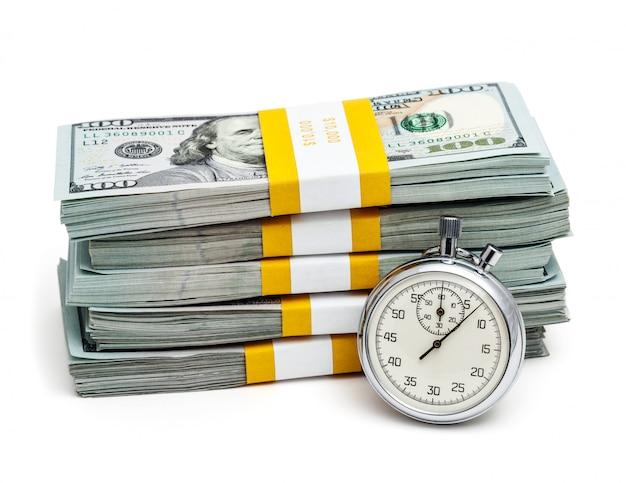 Tas de billets et chronomètre américain