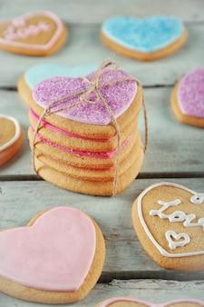 Tas de biscuits d'amour sur une table en bois bleue