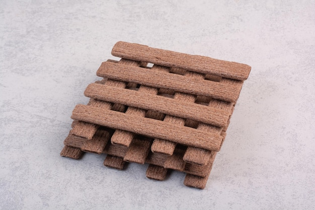 Tas de biscuits bâton sur fond gris. photo de haute qualité