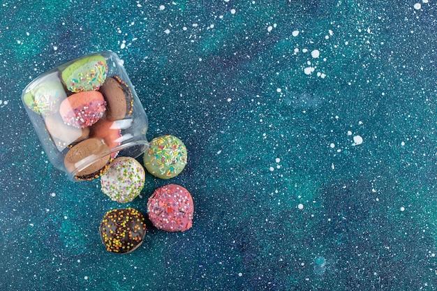 Tas de biscuits avec des bonbons en bocal en verre.