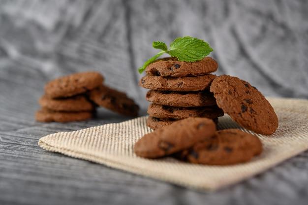 Un tas de biscuits sur un chiffon sur une table en bois